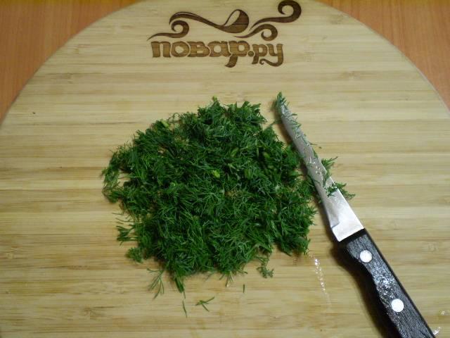 3. Можно замораживать укроп целиком, а можно уже готовым к приготовлению. Я так и делаю, режу мелко укроп ножом.
