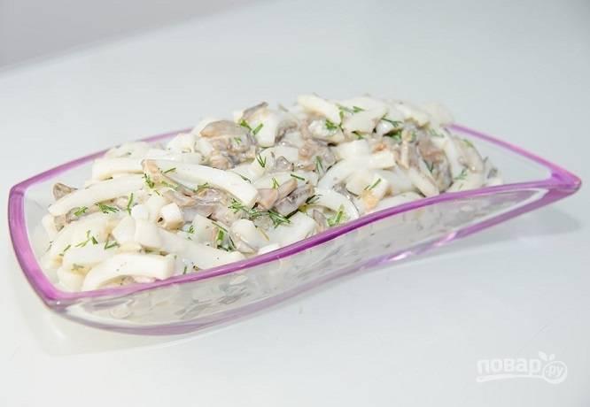 Салат из кальмаров и грибов