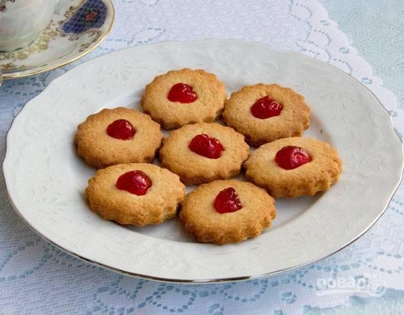 Готовое медовое печенье подавать можно с чаем или кофе. Особенно вкусно его кушать с молоком. Приятного аппетита!