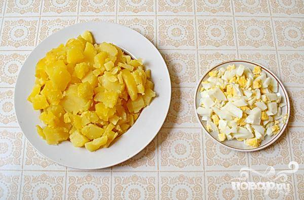 2.Ставим вариться неочищенный картофель. После того как картофель сварился, чистим его и нарезаем маленькими кубиками, немного меньшими, чем резали мясо. Затем, вкрутую отварим куриные яйца, очищаем их, и мельче чем нарезали картофель, нарезаем яйца.