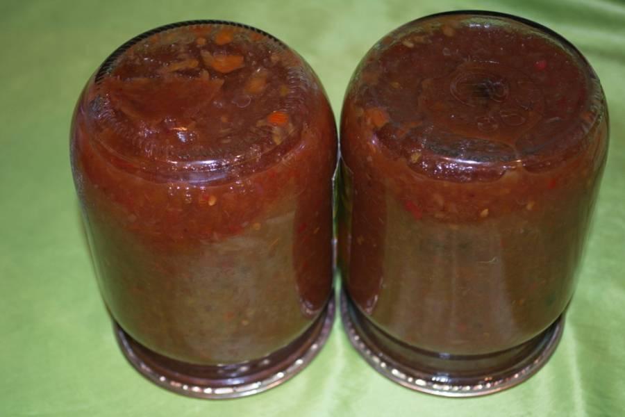 В самом конце добавьте в массу соль, сахар, перец, специи к аджике, выдавите через пресс чеснок. Добавьте хмели-сунели. Дайте массе повариться около 2 минут, и выключайте. Всего аджика варится около 1 часа.