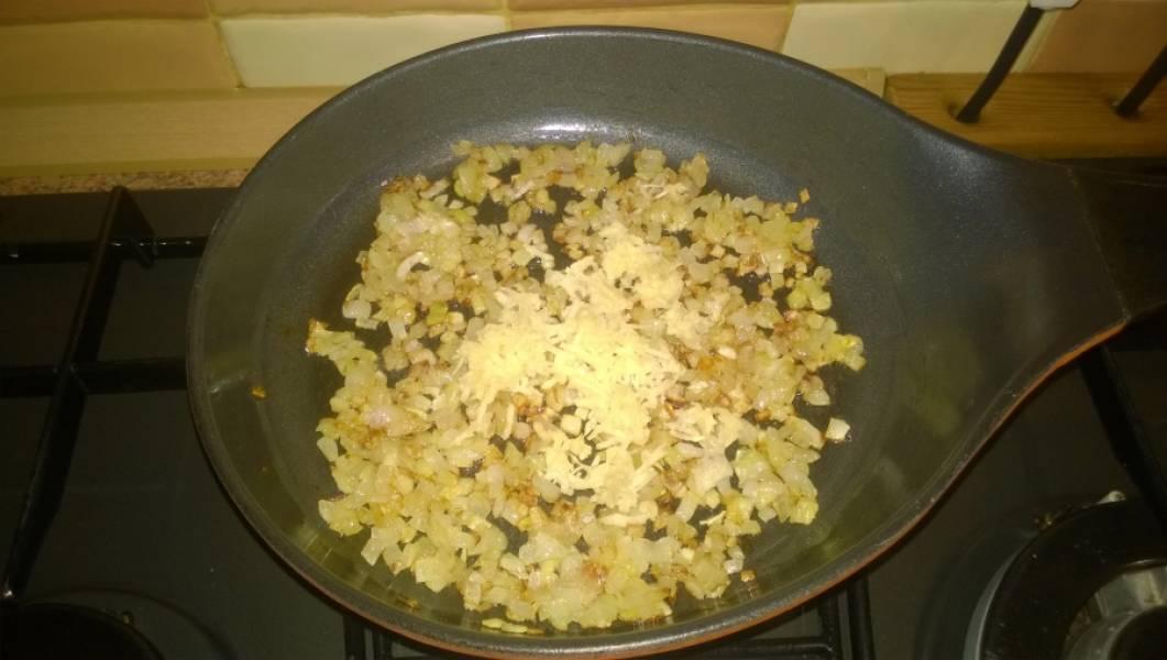 4. Обжарьте лук до золотистого цвета на подсолнечном масле. В конце обжарки потрите чеснок на мелкой овощной терке прямо на лук, перемешайте и слегка обжарьте.
