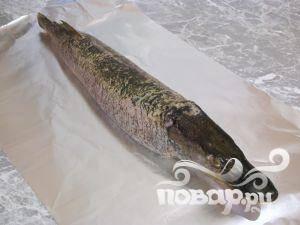 Выложить рыбу на фольгу слегка смазанную растительным маслом, прикрепить голову.