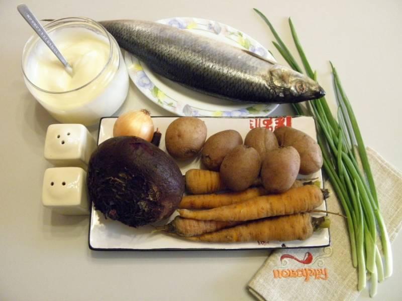 1. Подготовьте продукты для салата. Отварите все овощи (кроме лука), остудите их и очистите. Сельдь разделайте на филе, удалите максимально косточки, кожу, хребет, порежьте кубиками небольшого размера.