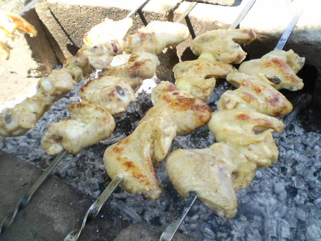 Нанизываем мясо на шампура. Жарим на горячих углях.