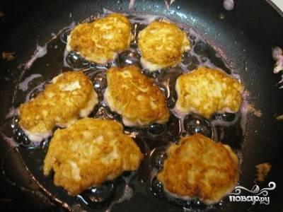 7.Когда курица пропитается яично-сырной смесью, разогреваем на сковороде растительное масло и ложкой или черпаком выкладываем в него содержимое миски, как оладьи. Обжариваем котлеты с обеих сторон до готовности.