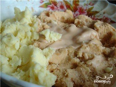 Смешиваем тертый картофель с измельченным в пюре отваренным картофелем. Солим, перчим и перемешиваем.