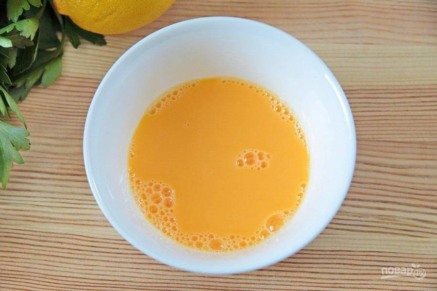 Отделите желтки от белков, добавьте к ним лимонный сок и взбейте все вилкой.