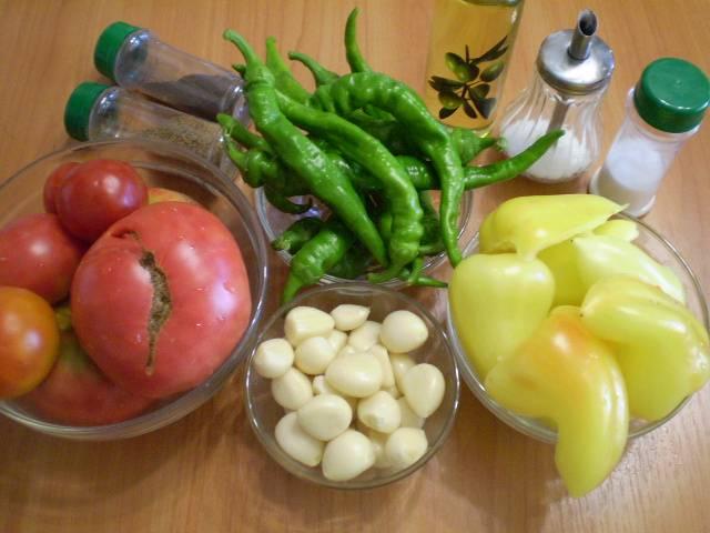 Подготовим овощи. Все нужно вымыть, удалите из перца семена.