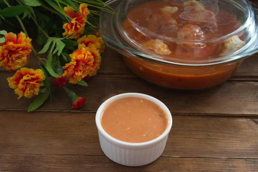 Добавьте в соус сметану. Размешайте. Дайте закипеть и сразу выключайте. Соус к тефтелям готов. Он легкий и отлично подходит к тефтелям из любого мяса.