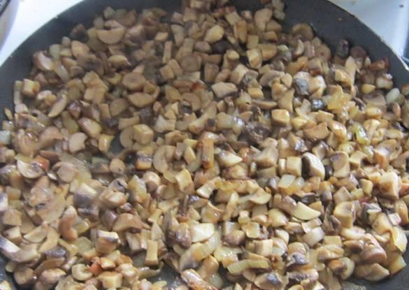 Грибы чистим, моем и мелко нарезаем. Добавляем к луку на сковороду и жарим все вместе до готовности. Солим и перчим.  Пересушивать грибы не надо!