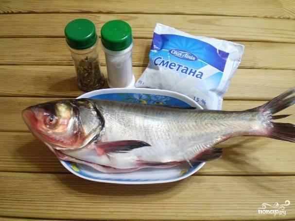 Подготовьте рыбу, сметану и специи. Рыбу обязательно очистите от чешуи, удалите жабры и внутренности. Промойте рыбку внутри и обсушите.