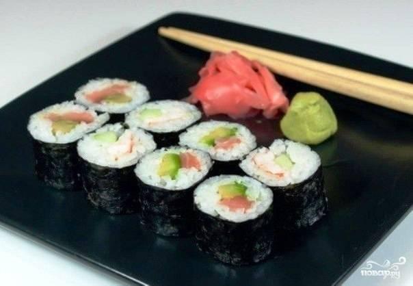 Роллы с авокадо, лососем и огурцом