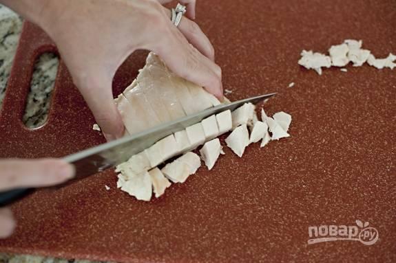 1. Куриную грудку отварите, остудите и нарежьте небольшими кубиками.