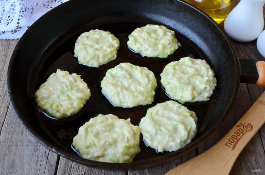 Разогрейте сковороду с растительным маслом. Огонь маленький. Столовой ложкой набирайте тесто и формируйте круглые оладушки. Жарьте до золотистой корочки.