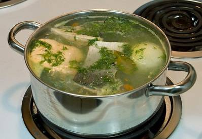 6. Укроп промойте, измельчите и добавьте в кастрюлю. Попробуйте, достаточно ли соли. Если надо, добавьте. Варите еще в течение 2-3 минут, затем выключите огонь.