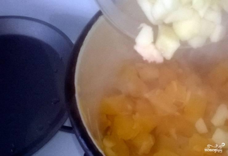 2. Дальше добавляем понемногу все остальные ингредиенты. Порежьте яблоки некрупными кубиками и отправьте в кастрюлю. Как только после закладки возобновилось кипение - снова добавляем еще один ингредиент и перемешиваем. За яблоками положите изюм.