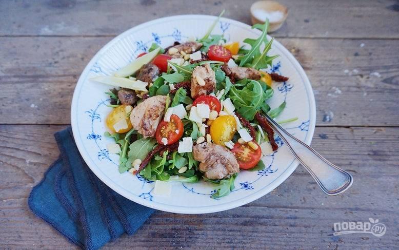 Салат из печени трески и помидоров