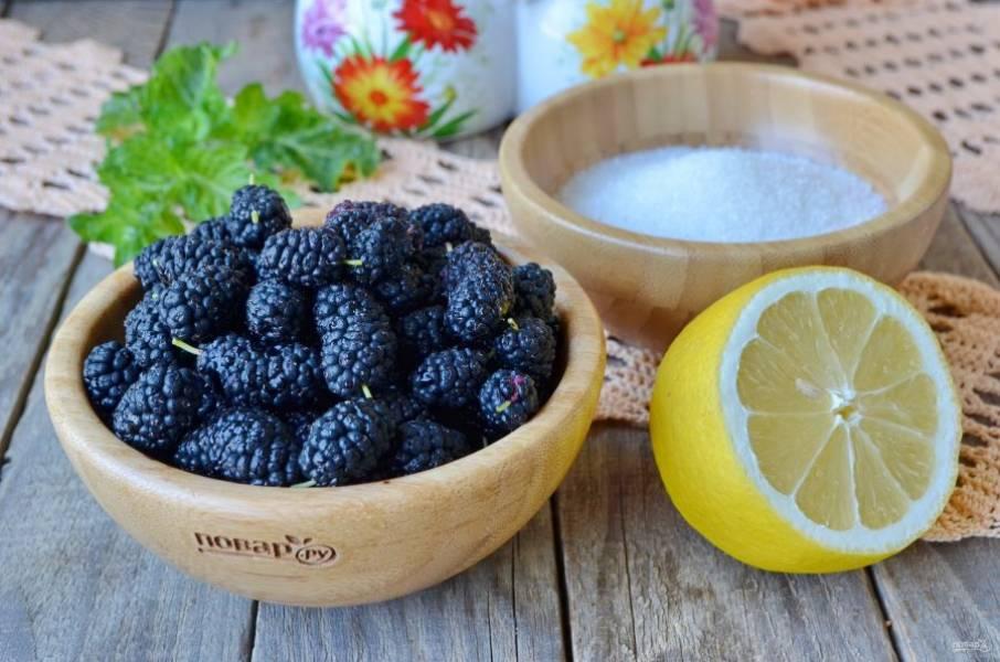 Отмерьте весами шелковицу и сахар. Хорошенько вымойте ягоды, откиньте на сито, дайте стечь воде.