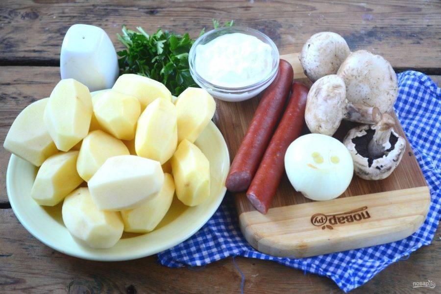 Подготовьте все необходимые ингредиенты. Картофель очистите и ополосните, грибы и лук также очистите.