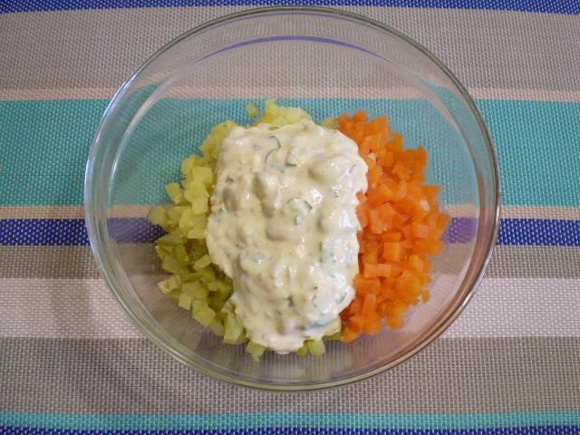 7. Сложите в салатник картофель, морковь, огурцы и заправьте салат соусом.