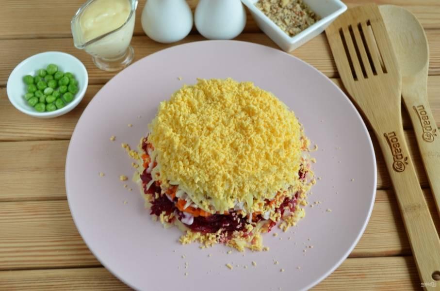 8. Далее — оставшийся картофель, майонез и  яичные желтки.