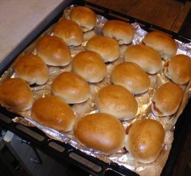 7. Когда пирожки станут румяными, их можно доставать из духовки. Немного остудить и сразу подавать к столу.