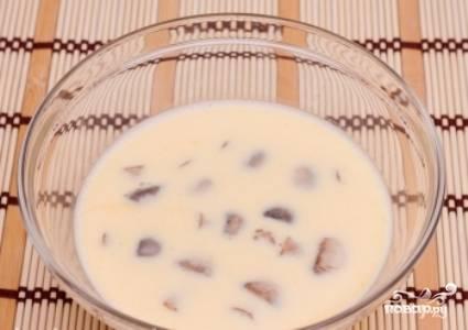 Отваренные грибы опустите в яичную смесь.