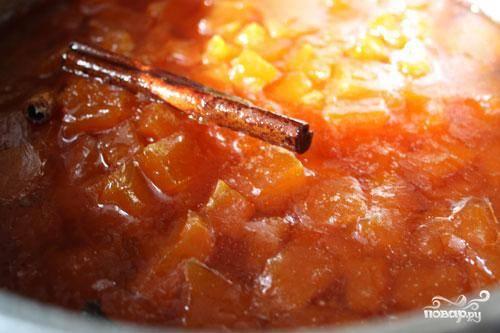 Охлаждаем кусочки тыквы до комнатной температуры. Затем добавляем в кастрюльку корицу и гвоздику, выжимаем сок апельсина. Процедуру кипячения-охлаждения повторяем 5-6 раз - до тех пор, пока цукаты не станут полупрозрачными.