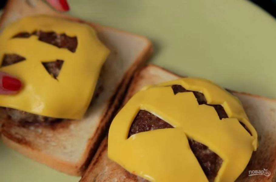4. Выложите котлеты на ранее подготовленный хлеб. Сверху на горячие котлеты выложите сыр, вырезанный в форме тыквы. Приятного аппетита!