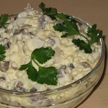 Готовый салат можно украсить веточкой петрушки или укропа. Приятного аппетита!