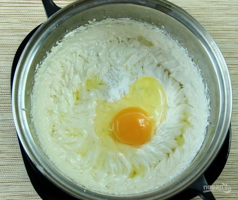 Добавьте к творожной массе ванилин и яйца. Взбейте её ещё раз до единой консистенции.