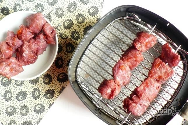 7. А дальше просто нанизываем на шампура и жарим до готовности. Приятного аппетита!