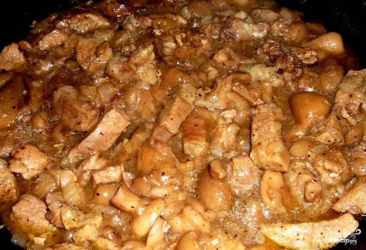 Мясо, тушенное с грибами в сметане