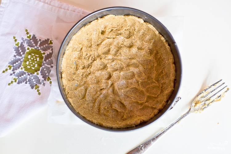 Смешайте муку ржаную и пшеничную, добавьте пекарский порошок. Потом смешайте мучную смесь и масляную. Тесто получается липким, не пугайтесь. Мокрыми руками выложите его по всей форме, сделав бортики.