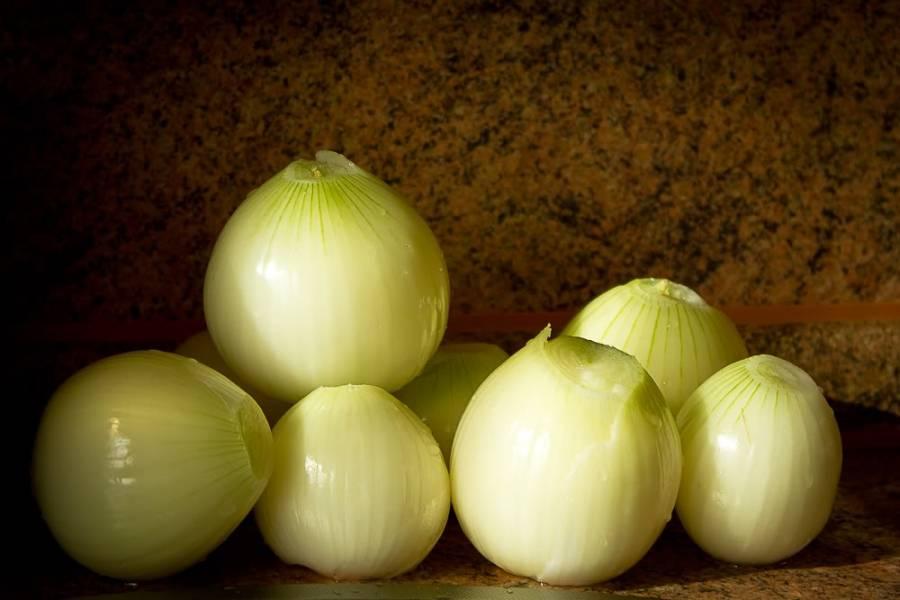2. Еще один незаменимый ингредиент, который нужно использовать по рецепту приготовления мантов с тыквой и мясом по-узбекски в достаточном количестве, - это лук. Его также нужно очистить и нарезать кубиками.