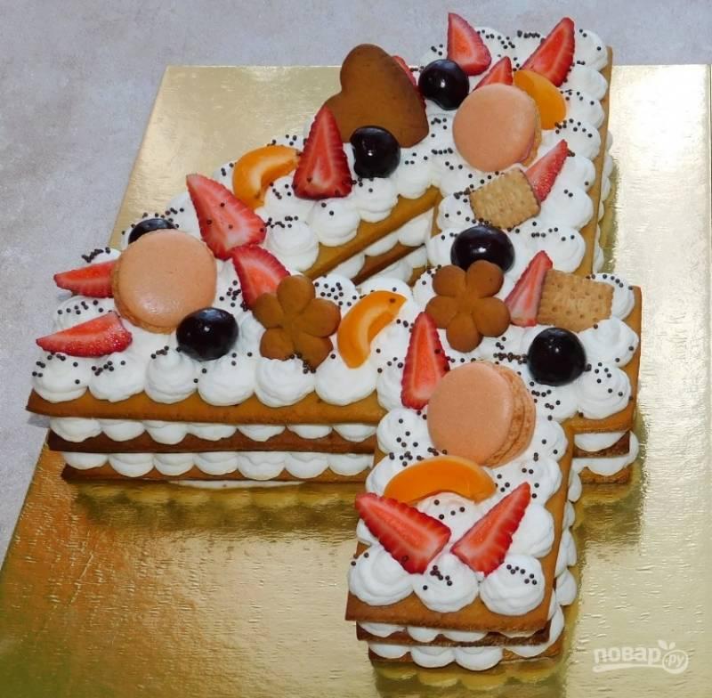 Готовый торт украсьте по своему вкусу.