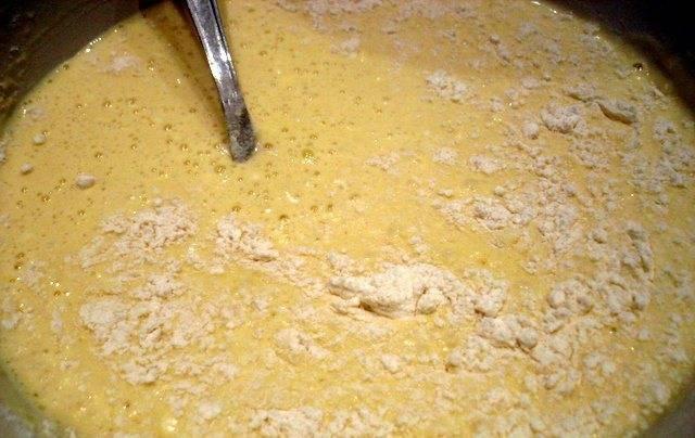 1. Молоко ставим на огонь. Когда станет чуть теплым - зачерпываем стакан и выливаем его в миску. Остальное молоко доводим почти до кипения, и снимаем с огня. К той чуть теплой части молока добавим яйца,сахар, соль, соду растительное масло и просеянную муку.