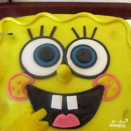 Когда торт застынет, вмятины на лице Боба нужно слегка припудрить сухой зеленой краской.