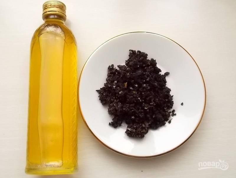 Затем масло остудите, процедите через несколько слоев марли (в тарелочке то, что было специями).