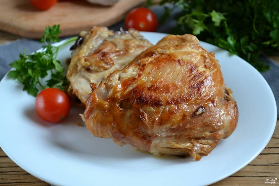 Готовые бедрышки выложите на тарелку, украсьте зеленью или долькой помидора. Подавайте с любым гарниром на обед или ужин. Идеально для этого блюда подойдет картофельное пюре, полейте его жирком, который остался после приготовления будрышек, и удивительно вкусный ужин вам обеспечен! Приятного аппетита!