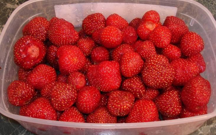 Перебираем и промываем всю клубнику. Затем разделяем ягоды на 2 части. Одну часть ягод откладываем в сторону.
