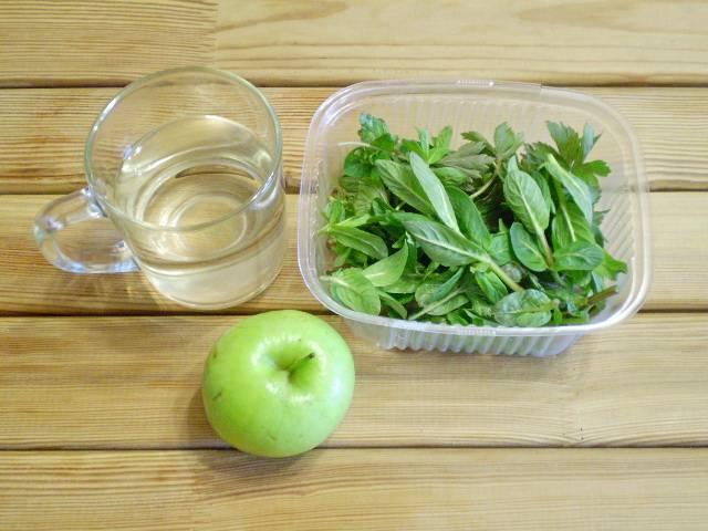 1. Всю зелень нужно замочить в холодной воде, после чего под проточной водой смыть хорошо пыль с листьев. Оставить стечь.