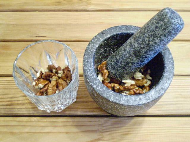4. Очищенные орехи нужно немного измельчить.