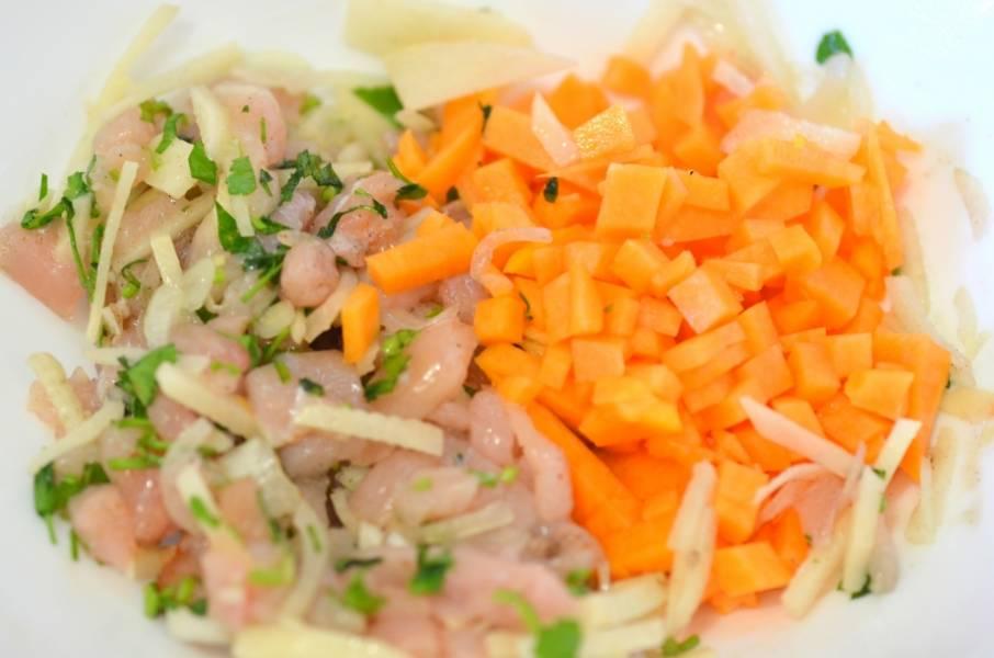 Измельчите лук, тыкву добавьте к фаршу. Добавьте ваши любимые специи, по желанию, можете натереть картофель еще в начинку.