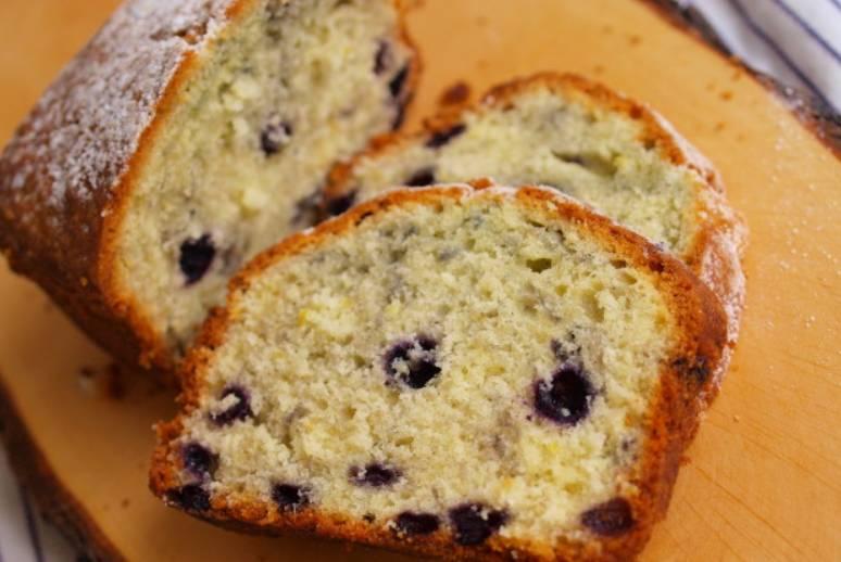 Перед употреблением остудите кекс и присыпьте его сахарной пудрой. Приятного аппетита!