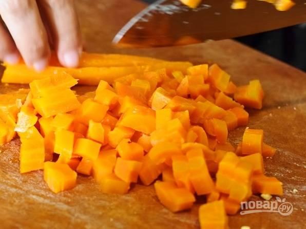 Отварите морковь до готовности. Остудите её, почистите и нарежьте.
