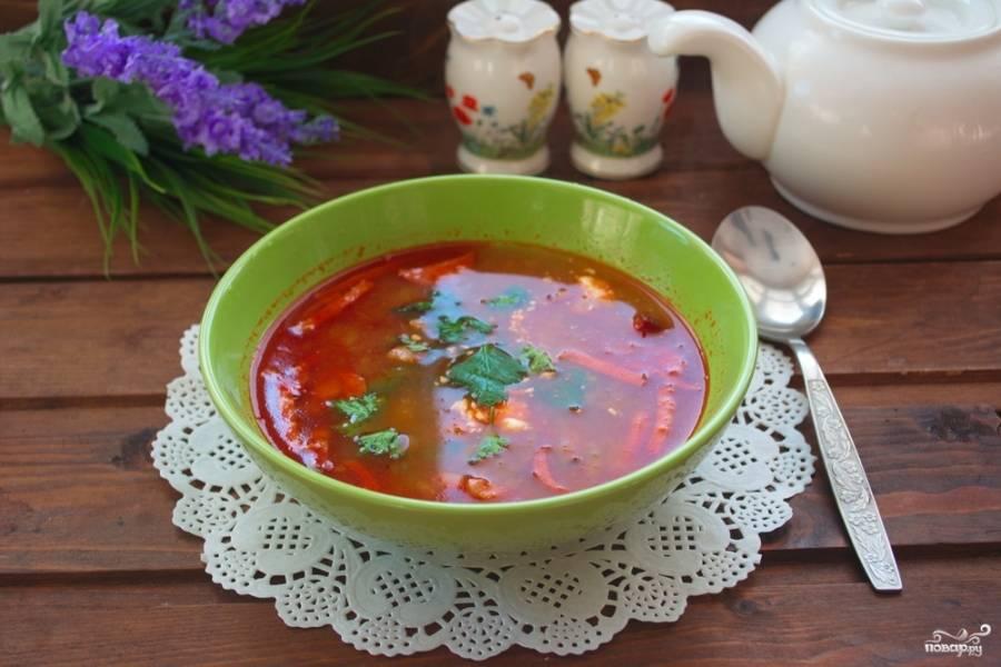 Полученную массу переложите в горячий бульон. Включите  огонь под кастрюлей. Варите 20 минут. Добавьте соль, сахар и специи по вкусу.  Разлейте готовую солянку по тарелочкам и подайте к столу. Дополнительно в каждую тарелку добавьте сметану и оливки.