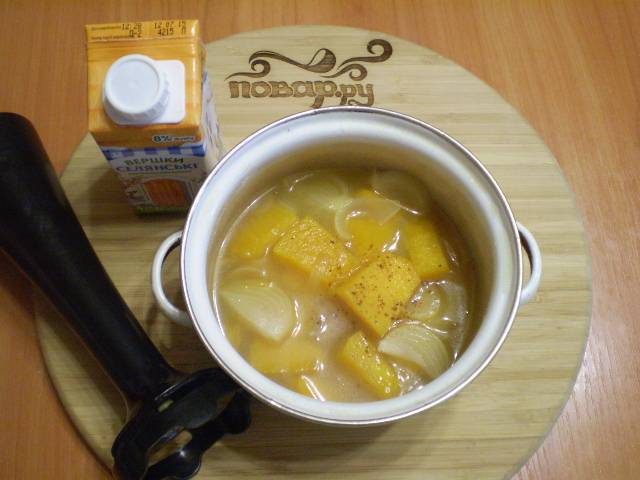 Приготовьте сливки и специи. Пюрируйте суп.