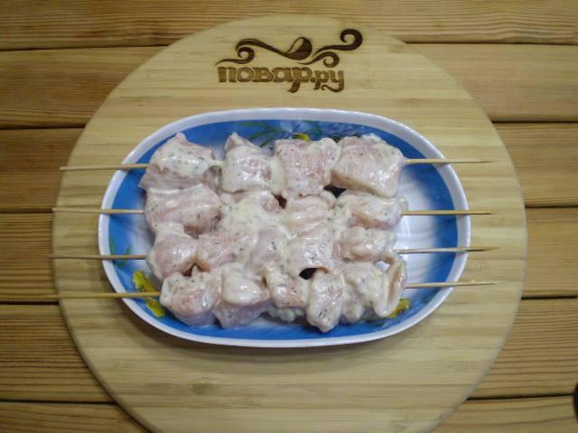 9. Через 2-3 часа нужно нанизать кусочки мяса на шпажки. Разогреть до 250 градусов духовку. Включите гриль.